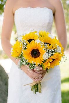 When it comes to the wedding bouquet, many brides can't make up their mind upon which flower to choose. If you are having a country or rustic wedding, sunflower will be perfect since they are bright, happy warm and full of life. Yellow Bouquets, Sunflower Bouquets, Sunflower Wedding Flowers, Yellow Sunflower, Sunflower Bridesmaid Bouquet, Bridesmaid Flowers, Wedding Cakes With Sunflowers, Sunflower Wedding Arrangements, Sunflower Corsage