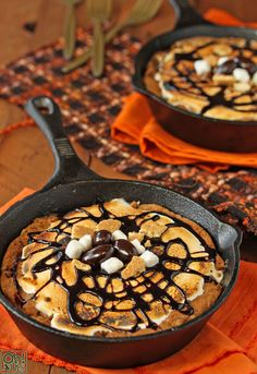 Giant Rocky Road S'mores Cookie Baked in a Skillet.I would make more like just a S'mores cookie but looks delicious! Just Desserts, Delicious Desserts, Dessert Recipes, Yummy Treats, Sweet Treats, I Love Food, Good Food, Yummy Food, Skillet Chocolate Chip Cookie