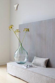simple large green glass vase and seed heads Interior Design Blogs, Estilo Interior, Interior Styling, Interior Inspiration, Interior Decorating, Scandi Living, Home And Living, La Haye, Tadelakt