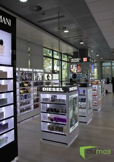 L´Oreal Headquarters Shop Cosmetic Display, Cosmetic Shop, Kiosk Design, Store Design, Design Shop, Oil Barrel, Pharmacy Design, Phone Store, Visual Merchandising