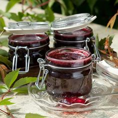 Perinteinen mustaherukkahyytelö on herkullinen ruokien lisuke. Eat Seasonal, Chocolate Fondue, Food Pictures, Preserves, Mason Jars, Berries, Food And Drink, Beef, Baking