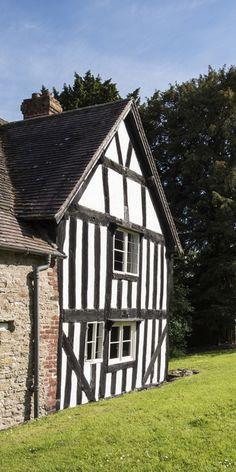 The White House in Aston Munslow, Shropshire. Until it belonged to the Stedman family, who lived here from soon after 1300 in a nearly unbroken line. Suffolk House, English Manor Houses, English Tudor, Tudor Style, Architecture Old, Old Buildings, Ghost Towns, Lodges, Old Houses