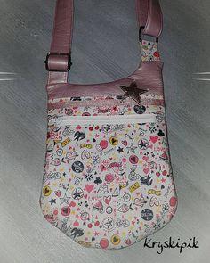Kryskipik sur Instagram: Un sac bandoulière très girly 😍😍 Le BeBop de chez @patrons_sacotin en simili rose poudré métallisé et coton graphique love. J'ai rajouté…
