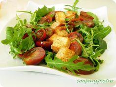 Con pan y postre: Ensalada de tomates cherry macerados y tofu con sésamo frito
