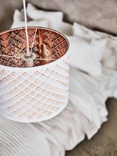 Lampeskjerm med hullmønster. Hvit på utsida, kobberfarget inni.