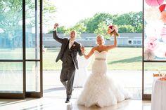 Una de las fotos de boda que no puede faltar es cuando los novios entren a la recepción de la boda #bodas #elblogdemaríajosé #fotosboda #wedding