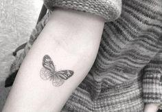 Pequeña mariposa de estilo fine line situado en el interior del antebrazo derecho. Artista tatuador: Dr. Woo