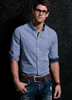 Uma manga de camisa com o por dentro em cor ou estampa diferente do que vem por fora sempre pode figurar pra dar um ar diferente ao seu combo camisa e jean