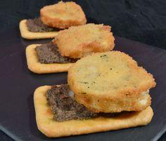 Rulo de queso de cabra sobre paté de aceitunas negras