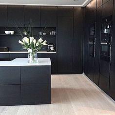 37 The Supreme Approach to Creative Kitchen Black Cabinet Ideas Trend in 2019 - homesuka Black Kitchen Cabinets, Black Kitchens, Kitchen Black, Design Your Kitchen, Interior Design Living Room, Open Plan Kitchen Living Room, Kitchen Furniture, Trends, Supreme