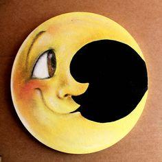 Luna da appendere dove vuoi. C'è chi parla delle facce della luna, a me piace più pensare alle sue espressioni. di ilcaloredeicolori su Etsy