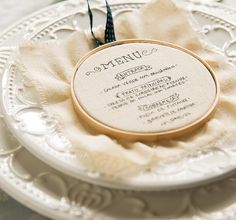 Use uma caneta de tecido para escrever o menu no minibastidor de madeira com algodão cru