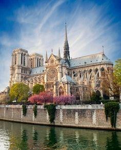 Notre dame de Paris - France 1163-1258 op de plaats van een Romeinse  Jupitertempel gebouwd Gerestaureerd in de 19de eeuw.