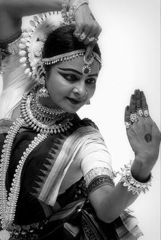 Folk Dance, Dance Art, Dance Positions, Kathak Dance, Girl Drawing Sketches, Indian Classical Dance, Dance Poses, Dance Pictures, Indian Summer