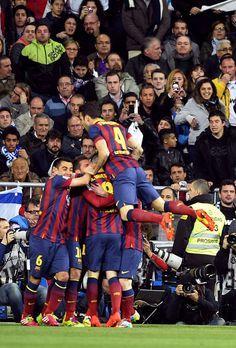 El Barça celebra el gol de Iniesta