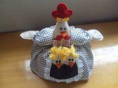 * Cobre bolo; * Confeccionado com tecido de algodão, feltro,lã e enchimento * Decoração feita sobre vasilha de plástico própria para cobertura de bolo.