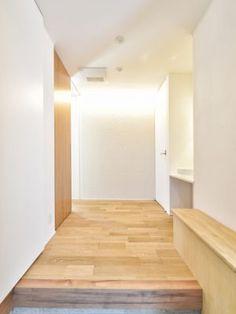 玄関から入って正面の壁には曲線が美しいタイルを使用。間接照明で陰影が出るように演出しています。#玄関 #ホール #間接照明 #タイル #設計 #自由設計 #注文住宅 #デザイン住宅 #工務店 #タチ基ホーム #名古屋 #愛知