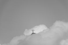 Fotografia da paisagem do Cristo Redentor nas nuvens.