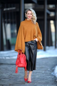 leather culottes, Leder Culottes - Boutique Fashion Way / batwing sweater, Pulli Fledermausärmel, camel sweater - Forever 21 / red high heels, Pumps rot - Asos / earrings - Majolie / red bucket bag - See by Chloé / Modeblog Österreich / Austrian fashion b