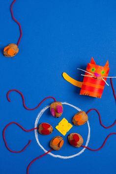 Basteln Sie gemeinsam mit ihrem Kind ein lustiges Katz-und-Maus-Spiel für Ihr Kind und seine Freunde! Dafür brauchen Sie Papier, Wolle, Filz und Walnüsse.