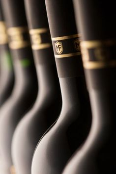 Vinhos Maufer on Behance - wine bottle necks: photography about wine Art Du Vin, Gin, Wine Lovers, Barolo Wine, Temecula Wineries, Alcohol Bottles, Beer Bottles, Wine Photography, Champagne