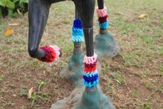 A designer e apaixonada por crochê desde criança, Karen Bazzeo, conseguiu unir seus dons e criou o ateliê DoloreZ CrocheZ, um espaço também para ajudar no seu autoconhecimento. O projeto, que desenvolve peças em crochê como forma de decoração e de arte, expõe tanto em espaços culturais como em intervenções urbanas, promovendo a interação com as pessoas e com o meio ambiente.