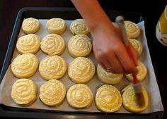 Творожные завитушки со сметаной. Пальчики оближешь! - interesno.win Baked Breakfast Recipes, Breakfast Bake, Tart, Peanut Butter, Food And Drink, Cheese, Snacks, Baking, Relax