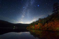 白駒池の星空は、実にロマンティック。紅葉のシーズンは特にオススメのスポット。