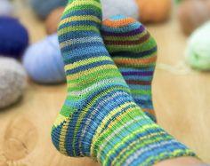 Представляем вам самую простую схему, как связать носкис пяткой бумеранг. Эта инструкция относится к носкам размера 38/39, выполненным спицами № 2 – 3 из пряжи Meilenweit фирмы Lana Grossa (210 м/50 г или 420 м/100 гр). Для вязания пары носков Вам понадобится примерно100 гр.этой пряжи или аналога