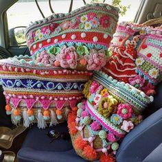 Op één of andere manier wordt mijn auto steeds kleiner! #crochethapiness #happycolors #lovetotravel #gehaaktetas #flowerpower #crochetdesign #adindasworld #lovelife #flowerpower #yarnaddict #haveaniceevening