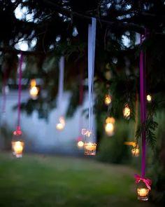 Decoração barata casamento - As velas penduradas com fita de cetim ou um arame ficam lindas!