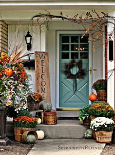 Need some fall porch decorating ideas? Here are 15 fall porch decorating ideas that are sure to inspire your fall decor! Porche Halloween, Fall Halloween, Classy Halloween, Halloween Signs, Halloween Door, Scary Halloween, Halloween Ideas, Halloween Party, Halloween Porch Decorations