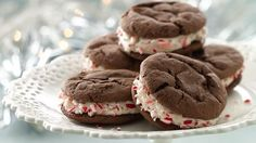 Peppermint-Chocolate Cake Mix Sandwich Cookies Enjoy all the flavors of chocolate-peppermint bark in cookie form! These soft and chewy cookies are made with cake mix so they come together quick! Cake Mix Cookies, Sandwich Cookies, Cookies Et Biscuits, Cupcakes, Buckeye Cookies, Yummy Cookies, Chocolate Peppermint Cookies, Chocolate Cake Mixes, Peppermint Bark