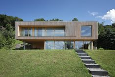 Haus DB Klaus — ARCHITEKTUR Jürgen Hagspiel Modern Glass House, Modern House Facades, Arch House, Facade House, Style At Home, Houses On Slopes, Contemporary House Plans, Concrete Wood, Minimal Home