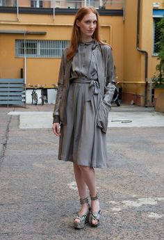 Total gray /   In the mix is ​​the spice: gray lady dress with belt tie and jacket in the same tone that breaks with snake print sandals.