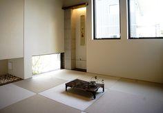 リビングと続き間にある和室は、畳に座り地窓から庭を眺め、和める空間。|和室|インテリア|おしゃれ|自然素材|