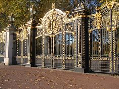 Gates at the palace of Versailles Entrance Gates, Grand Entrance, Paris France, Versailles Paris, Metalarte, Grades, French History, Wrought Iron Gates, Gate Design