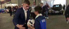 VIDÉO. L'attaquant de l'équipe de France a offert le ballon de la victoire contre l'Irlande au fils de Jean-Baptiste Salvaing, pupille de la nation.