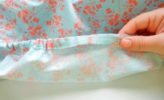 Cómo hacer una sábana ajustable de colchón - Trapitos.com.ar - Blog Tamarindo, Ideas Para, Baby Sheets, Plan De Travail, Fitted Sheets, French Seam, Beginner Sewing Projects, Cribs For Babies