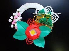 正月飾りに椿の折り紙が映えます。折り紙で手作りして新年を迎えるのも、いい年初めとなりますね。