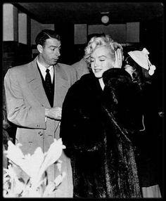 """1er Février 1954 / Arrivée des DiMAGGIO et de Lefty O'DOUL (ami et manager de Joe) à l'aéroport de Tokyo. Après deux tentatives de sortie de l'avion, le service de sécurité en place, le couple est enfin conduit à """"L'Imperial Hotel"""" où une foule également immense les attend. La lune de miel va pouvoir commencer... On connaît la suite, voir article sur la Corée."""
