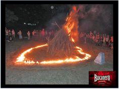 CERVEZA BUCANERO. ¿ Cuáles son las tradiciones cubanas en año nuevo? Se acostumbra quemar una muñeca en la última noche del año, como representación de los malos tiempos del año anterior, también se usa tirar agua sobre sus hombros. www.cervezasdecuba.com