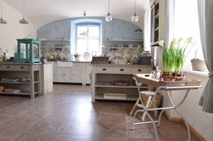 foto Anglická sezona Vibeke Design, Showroom, Corner Desk, Table, Furniture, Home Decor, Corner Table, Decoration Home, Room Decor