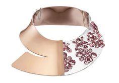 Christian Dior http://www.vogue.fr/mode/shopping/diaporama/plastique-chic-burberry-givenchy-gucci-charlotte-olympia-chloe/12497/image/741553#!christian-dior-manchette-en-metal-laque-orange-et-resine-sertie-de-cristaux-roses-prix-sur-demande