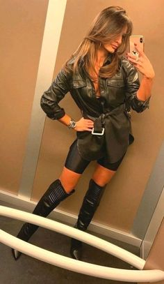 women in leather Photo Leather Mini Dress, Leather Shorts, Leather Fashion, Fashion Boots, Sexy Stiefel, Sexy Boots, High Boots, Leder Outfits, Elegantes Outfit