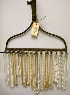 Bijuterias - Se os seus colares andam espalhados pela casa, um ancinho pode ser a solução para deixá-los em ordem