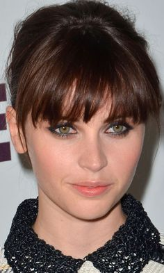 Your A-List Inspiration Felicity Jones Worked A Choppy Full Fringe - We Love It! Jones Worked A Choppy Full Fringe - We Love It! Full Fringe Hairstyles, Hairstyles With Bangs, Pretty Hairstyles, Medium Hair Styles, Short Hair Styles, Grunge Hair, Tips Belleza, Celebrity Hairstyles, Celebrity Bangs