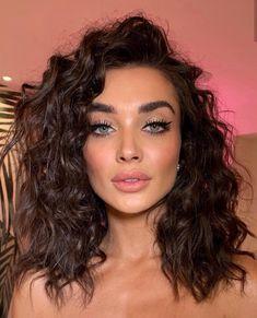 Beauty Curls Make-up Nude lipstick Blush Eye make-up Mascara Eyeshadow Eyeliner Glamorous look Krullen Hair Inspiration More on Fashionchick Beauty Make-up, Beauty Hacks, Hair Beauty, Beauty Skin, Make Up Looks, Cat Eye Makeup, Hair Makeup, Dead Makeup, Clown Makeup
