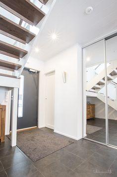 Eteiseen kätkeytyy paljon säilytystilaa Decor, Tile Floor, Home Decor, Entry, Flooring, Stairs