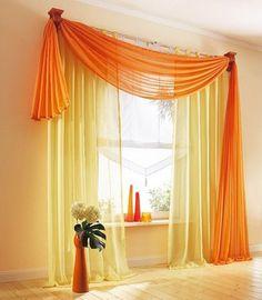Az aszimmetrikusan elhelyezett függöny dekoratív kivitelezést takar, amelyben a kétféle sárga (narancs és citrom) egészen napsütésessé teszi a komor délelőttöket is.
